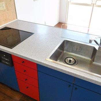 キッチンは青、黄、そして棚の赤の三原色で彩られています。西洋絵画っぽい!