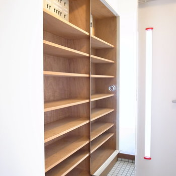 シューズボックスの扉についた姿見で最後の身支度もばっちり。靴もしっかり入ります。