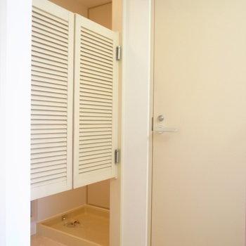 脱衣所には西部劇でよく見るような簡易扉が!雰囲気づくりが細かいですね◎