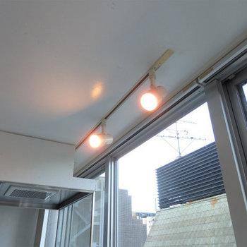 スポットライト照明でお部屋を照らします。※写真は8階同間取り・別部屋のものです。