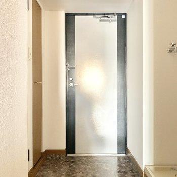 シンプルな玄関。ちょうどよいスペースです。(※写真は5階の同間取り別部屋のものです)