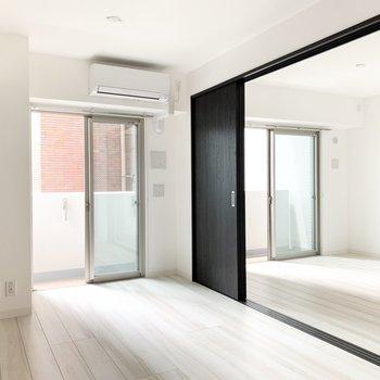 【LDK】間仕切り扉を開けると1つのお部屋になります。