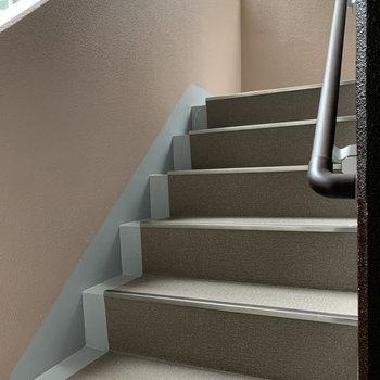 階段は少し狭めです。