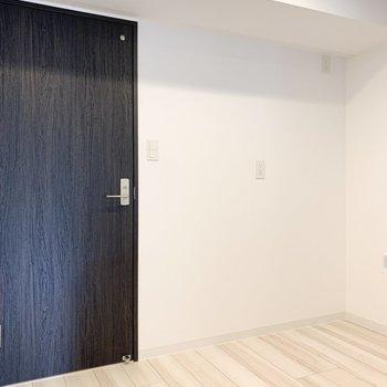 【LDK】キッチンの後ろには食器棚などを置くことができます。