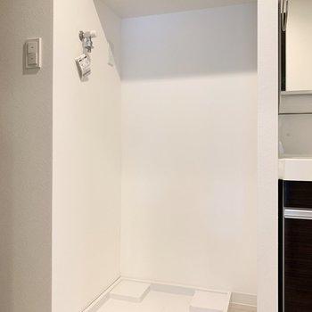 洗面台のお隣は洗濯機置き場。生活動線がスムーズ。