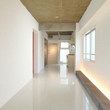 逆アングル。細長の部屋。※写真は4階同間取り・別部屋のものです。