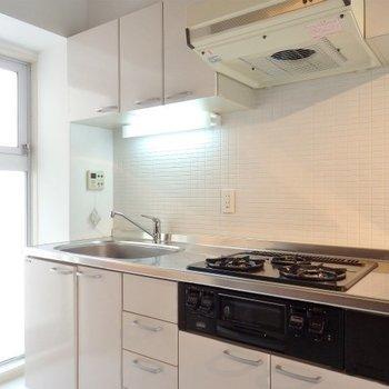 キレイなグリル付きキッチン。※写真は4階同間取り・別部屋のものです。