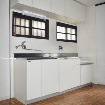 広めなキッチンです!隣に冷蔵庫を置きましょう。