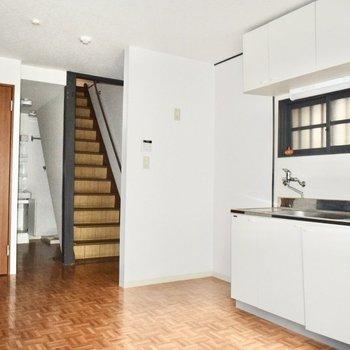 やさしい色合いと、ゆったりとした雰囲気。一階は洗濯機やトイレ、お風呂まで!