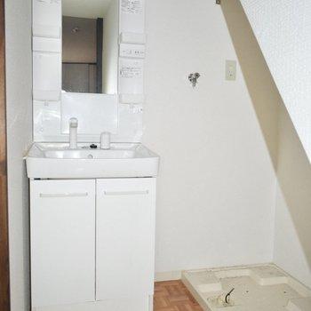 洗面台と洗濯機置き場は、 お風呂の前に! この階段の下のスペースには、まだ物を置けそうです。