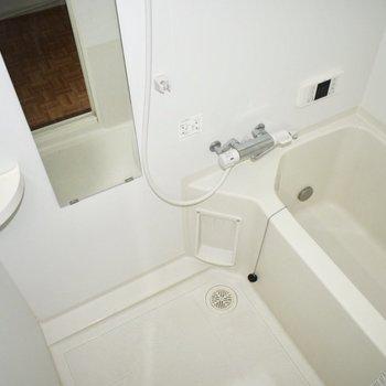 長い鏡がついた、お風呂です。清潔感もあり、居心地が良さそうです。