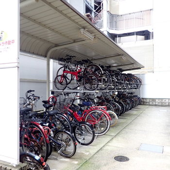 共用部】駐輪場は建物奥に。
