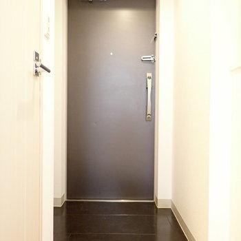 黒の玄関。気持ちが引き締まりますね。