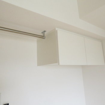 上部にも収納があるのでカバーできます(※写真は10階の同間取り別部屋のものです)