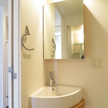 シンプルながらも収納力のある洗面台(※写真は10階の同間取り別部屋のものです)
