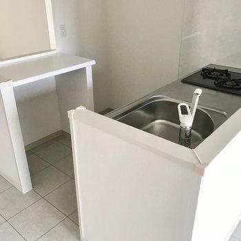 キッチンは2口コンロにグリル付き!後ろの棚も便利です(※写真は12階の同間取り別部屋のものです)
