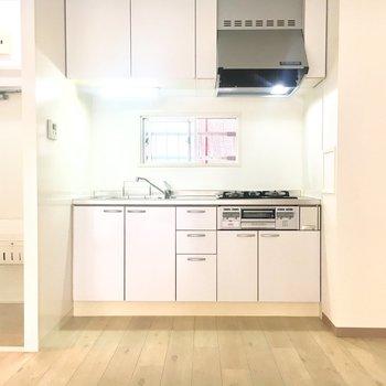キッチン上にも収納スペースがあります
