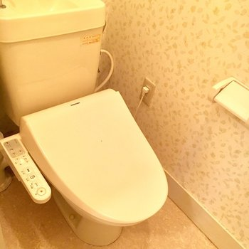 トイレの壁紙もリーフ柄で癒される〜