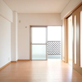 洋室はベッド以外に収納も置けます!