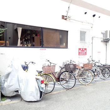共用部】駐輪場は建物脇でした。