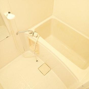 白いバスルーム。お掃除はこまめにぴかぴかを!