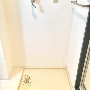 お風呂場横に洗濯機置き場があります