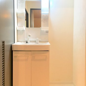 洗面台横に棚を置けるスペースがあるのが嬉しい
