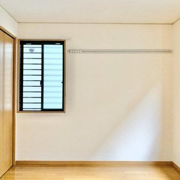 【西側洋室】各部屋に収納とフックが付いているので個々のスペースを大切にできますね。