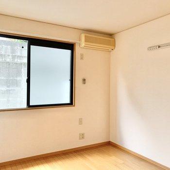 【東側洋室】壁にはフックが付いているのでお気に入りの服などをかけてくださいね。