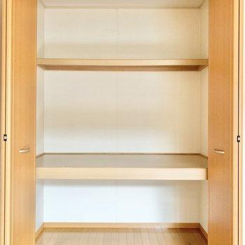 【東側洋室】3段に分けて衣類などが収納できます。
