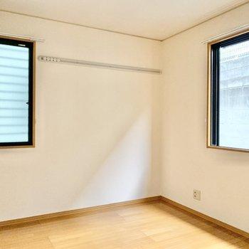 【西側洋室】2面採光で風通しも良く快適です。