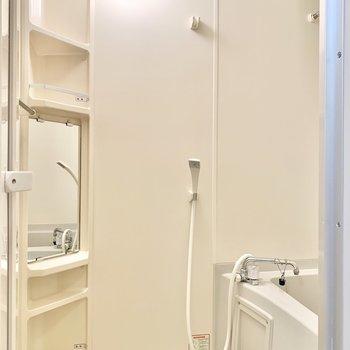 鏡付きの浴室。シャンプーなども置けそうですね。