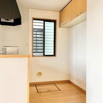 キッチンの後ろには冷蔵庫などが置けますよ。