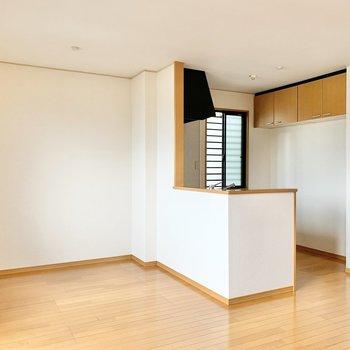 【LDK】キッチンからもお部屋が見渡せます。