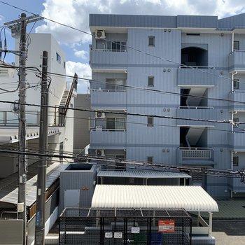 南側の窓からはお隣のマンションが見えます。