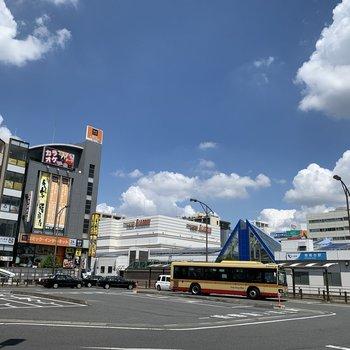 駅前にはスーパーや飲食店などがあります。