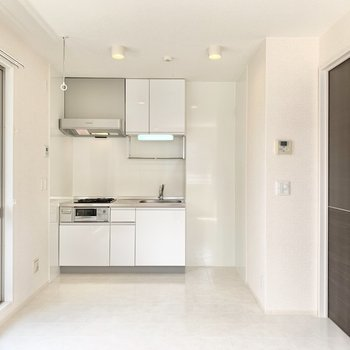 キッチンも白色なので空間に馴染んでいます。
