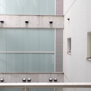 でも眺めは建物の内側ですね。