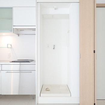 おとなりに洗濯機!扉で隠せます。