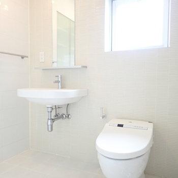 おとなりにトイレと洗面台です。