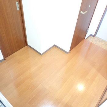 冷蔵庫は扉と扉のあいだのカクカク部分に置きます。