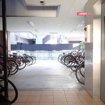 共用部】オートロックを抜けると右手すぐにエレベーターと、駐輪場。
