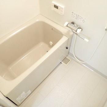 お風呂はきれいでシングルレバー!お湯の温度調節が楽ちんですよ。