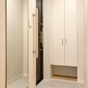 姿見もある玄関は出入りしやすい広さです。