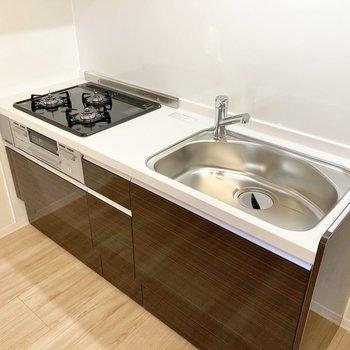 【LDK】キッチンは3口コンロにグリル付きでお料理もはかどりそう。