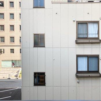 眺望はお隣の建物が見えていますが、窮屈感はありません。