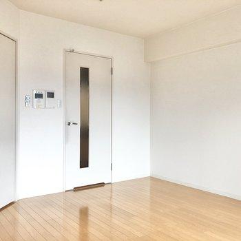白ベースの空間はどんな家具ともマッチしますよ。