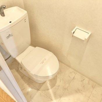 トイレはシンプル、マットやカバーが必要かな◯