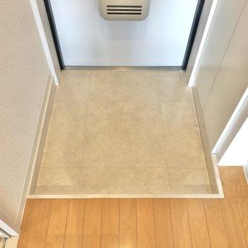 フラットな玄関はややコンパクト。1列に並べる靴は3組がベター。