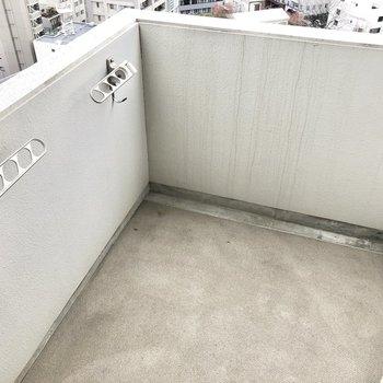バルコニーはスクエア型、洗濯物も干すには大丈夫な広さ。